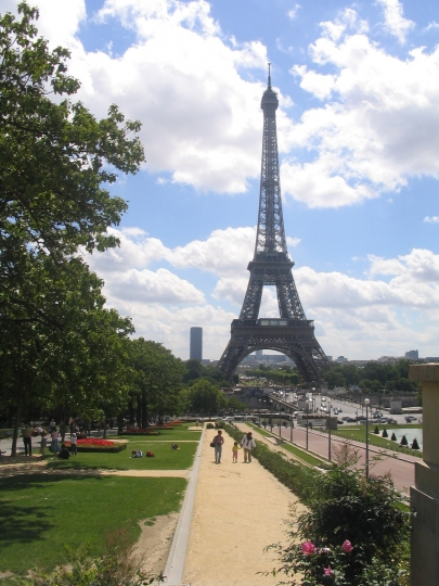 vue sur la Tour Eiffel d'un quai de la Seine à PARIS